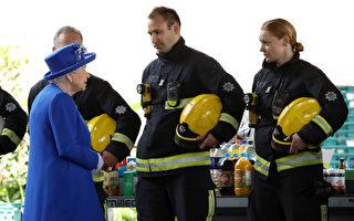 6月16日英国女王和威廉王子探望了格林菲尔大厦火灾的受难者、消防队员、志愿者和社区代表。 (Dan Kitwood/Getty Images)