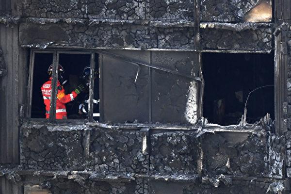 西伦敦的格伦费尔塔楼大火后第三天,消防员继续在楼里寻找尸体,很多尸体已经无法辨认身份。该大楼有24层。(CHRIS J RATCLIFFE/AFP/Getty Images)