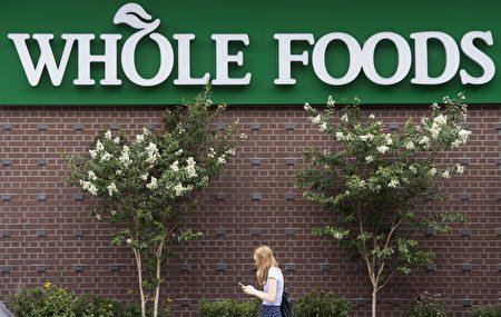 全食超市的高价位一直备受一些消费者批评,意味着在全食购物,花钱更多。(Photo credit should read SAUL LOEB/AFP/Getty Images)