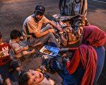 據美國國土安全部的統計,川普總統上任後的前三個月,美國收容了13,000個難民;而奧巴馬總統離任前的最後三個月,美國則批准25,000個難民入境,現任政府與前政府批准的難民人數幾乎少一半。本圖為敘利亞難民家庭,逃到土耳其難民營內生活。(ILYAS AKENGIN/AFP/Getty Images)