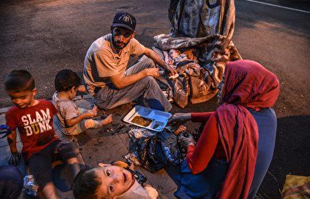 据美国国土安全部的统计,川普总统上任后的前三个月,美国收容了13,000个难民;而奥巴马总统离任前的最后三个月,美国则批准25,000个难民入境,现任政府与前政府批准的难民人数几乎少一半。本图为叙利亚难民家庭,逃到土耳其难民营内生活。(ILYAS AKENGIN/AFP/Getty Images)