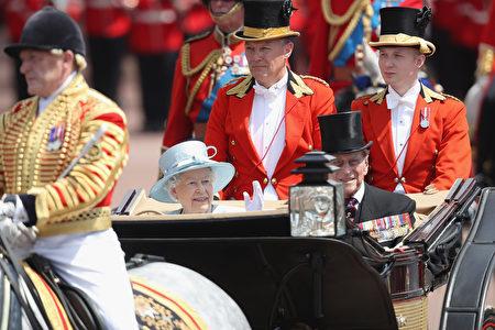 6月17日女王生日庆典上,女王和夫婿乘坐马车参加游行。(Chris Jackson/Getty Images)