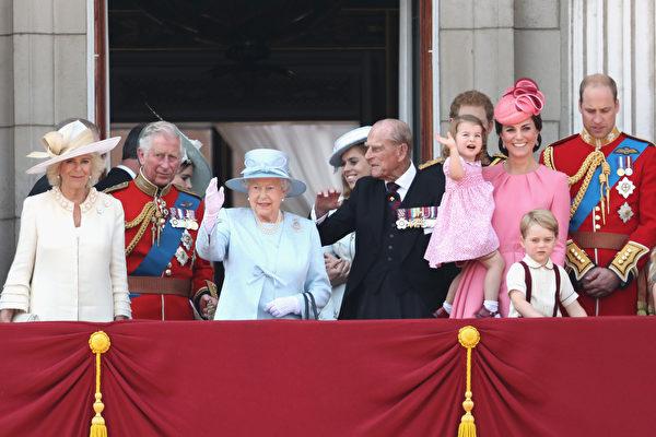 6月17日女王生日庆典上,英国女王带领全家在白金汉宫阳台上向民众挥手致意。(从左到右为卡米拉王妃、查尔斯王子、女王、女王丈夫飞利浦王子、凯特王妃和威廉王子)(Chris Jackson/Getty Images)