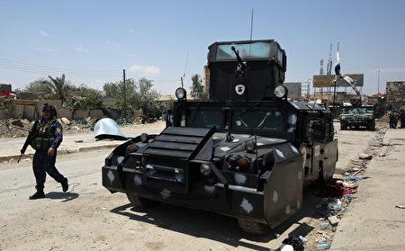 伊拉克政府军在1月份夺回了摩苏尔东部;一个月后,开始向底格里斯河以西进攻,包括老城在内。(Photo credit should read AHMAD AL-RUBAYE/AFP/Getty Images)