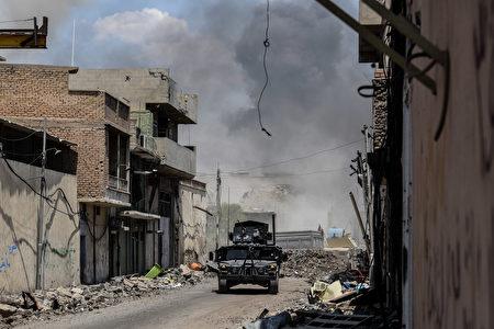 伊拉克军队估计,IS武装分子在老城的数目不会超过300人,低于去年10月17日摩苏尔战役开打时的近6000人。(Photo credit should read MOHAMED EL-SHAHED/AFP/Getty Images)
