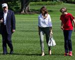 6月18日,美國總統川普從戴維營返回白宮,他頭戴白帽,上面標有「讓美國再次強大」的字樣。(Zach Gibson/Getty Images)