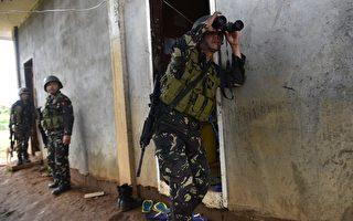 2017年6月20日,菲律宾政府军在南部的马拉威市,对当地受伊斯兰国极端组织支持的武装组织展开新一轮的强势攻击,希望能在本周斋戒月结束前平定当地已一个多月的战乱。本图为19日地面步兵队在市区大楼进行搜索与清除任务。(TED ALJIBE/AFP/Getty Images)