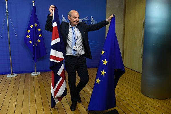 2017年6月19日,英國與歐盟正式談判脫歐事宜。圖為布魯塞爾歐盟委員會中,一名工作人員展示英國國旗和歐盟旗幟。(JOHN THYS/AFP/Getty Images)