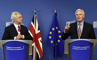 歐盟的脫歐談判代表巴尼耶(右)和英國脫歐大臣戴維斯於6月19日在歐盟總部布魯塞爾宣布脫歐談判正式開始。(JOHN THYS/AFP/Getty Images)