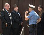 科尔大儿子Walter带孩子于6月21日回家奔丧,他们未被允许进入家门。半小时后,警卫请他们离开。家庭纷争公开化了。 (BORIS ROESSLER/AFP/Getty Images)