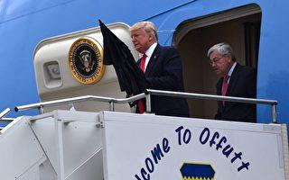 6月21日,美國總統川普跟駐華大使布蘭斯塔德造訪愛荷華州的科克伍德社區學院,川普走在前面,打開一把大傘。  ( NICHOLAS KAMM/AFP/Getty Images)