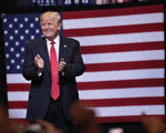 美国总统川普21日晚在爱荷华州工商业城市Cedar Rapids发表集会演讲。( Scott Olson/Getty Images)