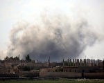 一名纽约男子被控企图前往叙利亚加入伊斯兰国,周三(6月21日)在肯尼迪国际机场被逮捕,并被控企图向武装组织提供援助。图为战火下的叙利亚。 (DELIL SOULEIMAN/AFP/Getty Images)