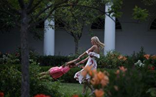 2017年6月22日,伊萬卡(右)在白宮玫瑰園和女兒拉手玩轉圈。白宮當天在南草坪舉行野餐活動。 (Alex Wong/Getty Images)
