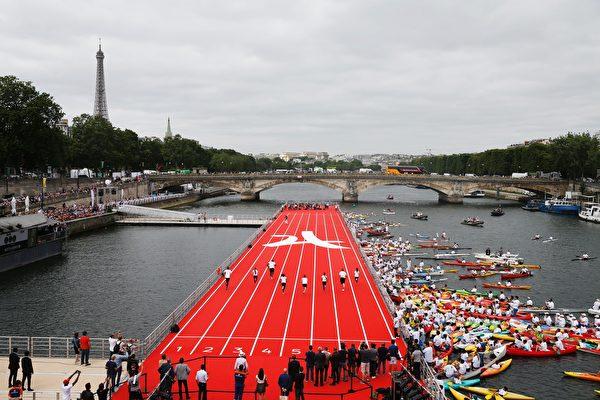 巴黎市政府在亚利山大三世桥和荣军院桥之间的赛纳河上搭建的漂浮的田径运动场。(GEOFFROY VAN DER HASSELT/AFP/Getty Images)