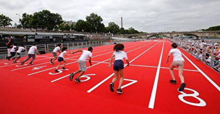 小孩子们在塞纳河上的田径运动场上进行100米赛跑。 (JEAN-PAUL PELISSIER/AFP/Getty Images)
