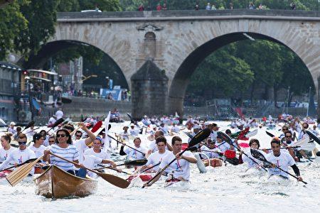 塞纳河上的皮划艇运动。(MARTIN BUREAU/AFP/Getty Images)
