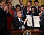 普(特朗普)總統週五(6月23日)簽署一項法案,賦予退伍軍人事務部(簡稱VA)領導層更多權利來解僱有不當行為的僱員,並保護那些檢舉該機構不良行為的人。(Chip Somodevilla/Getty Images)