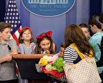 伊万卡的大女儿阿拉贝拉带和表亲在白宫新闻简报室参观。(Chip Somodevilla/Getty Images)