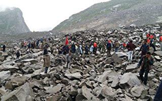 据官方消息,在四川茂县山体滑坡事件中,目前至少已有25人遇难,仍有93人失联。外界关注,事件或与2008年汶川大地震有关。图为茂县山体垮塌现场。(STR/AFP/Getty Images)