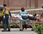 6约25日,巴基斯坦发生一起油罐车爆炸事件,附近居民在收集撒落在地的汽油时遭大火焚身,死亡人数已升至153人,并有数十人受伤。(MANSOOR ABBAS/AFP/Getty Images)