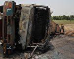 6月25日,巴基斯坦一辆油罐车在旁遮普省(Punjab)巴哈瓦普市(Bahawalpur)发生侧翻后起火,造成至少135人死亡,逾百人受伤。  (SS MIRZA/AFP/Getty Images)