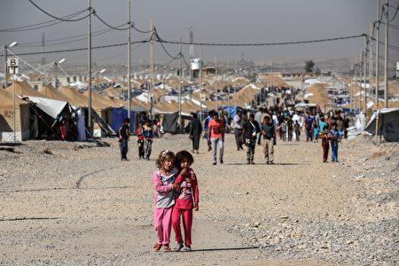 周日,摩苏尔大部分市民渡过多年以来第一次没有IS的开斋节,市民上街庆祝来之不易的时光。(Photo credit should read MOHAMED EL-SHAHED/AFP/Getty Images)