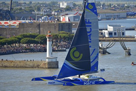 法国航海者弗朗索瓦·加巴特(François Gabart)所驾驶的Macif。(LOIC VENANCE/AFP/Getty Images)