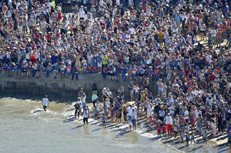 圣纳泽尔市港口的观众 (LOIC VENANCE/AFP/Getty Images)
