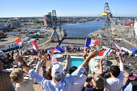 玛丽皇后2号上的乘客向岸上的观众招手 (LOIC VENANCE/AFP/Getty Images)