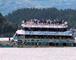 6月25日哥伦比亚一艘游船在麦德林市附近水域沉没。 (JUAN QUIROZ/AFP/Getty Images)