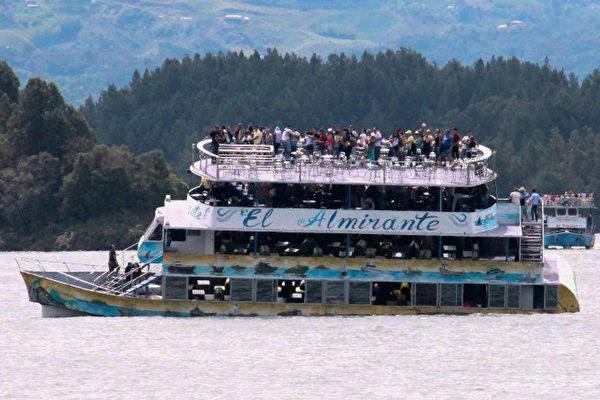 周日(6月25日),哥伦比亚一艘休闲游船在麦德林市附近水域沉没。(JUAN QUIROZ/AFP/Getty Images)