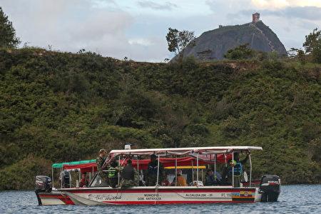 哥伦比亚一艘休闲游船6月25日在麦德林附近水域沉没,造成9人遇难,至少28人失踪。图为2017年6月25日,哥伦比亚当局派出的救难人员搭乘船只前往事故发生地点进行救援。(JOAQUIN SARMIENTO/AFP/Getty Images)
