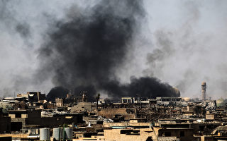 IS武装分子在摩苏尔控制的地区已经缩小到500平方米,但有大量平民被困在IS控制地区。伊拉克部队每向前推进100米,就有约1500人逃离。(AHMAD AL-RUBAYE/AFP/Getty Images)