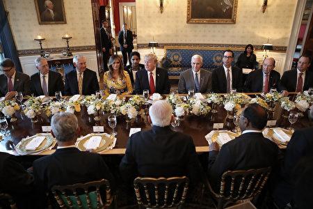 """川普还说,美国和印度宪法都以三个美丽的字眼开始,""""We The People""""(我们人民)。 (Photo by Win McNamee/Getty Images)"""