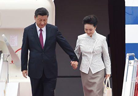 周四(6月29日)中午,中国国家主席习近平与夫人彭丽媛抵港抵达香港,开始为期三天的访问。( ANTHONY WALLACE/AFP/Getty Images)