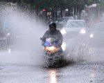 2017年6月29日,德國北部持續強降雨,首都柏林幾乎成為水城。截至週五,大雨還一直在下,已連續超過24小時。(WOLFGANG KUMM/AFP/Getty Images)