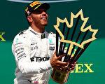 梅赛德斯车队的英国车手汉密尔顿力压群雄,第五次在加拿大站捧杯。 (Dan Istitene/Getty Images)