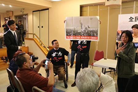 舊金山郵局職工李冰玟(圖右舉著話筒),眼噙淚花將一張題為「The Unkillable Dream」(意思是不朽的願望)和「將學運的薪火傳開去」的海報送給活動主辦方,當年被坦克壓斷雙腿的六四學生、中國民主教育基金會主席方政代為收下。(李霖昭/大紀元)