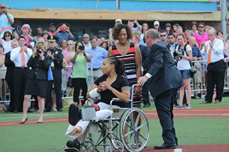 上週在槍擊事件中受傷的國會警察克葛萊納(Crystal Griner)坐在輪椅上,為比賽開出第一球。(林樂予/大紀元)
