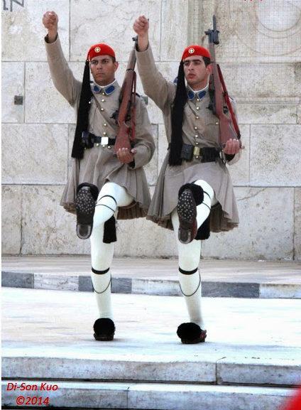 希腊雅典无名英雄纪念碑前的仪队。(行云提供)