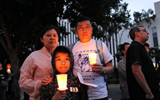 当地时间6月4日晚,支持中国民主的洛杉矶民众在中领馆前烛光悼念六四28周年。(Dylan Lam提供)