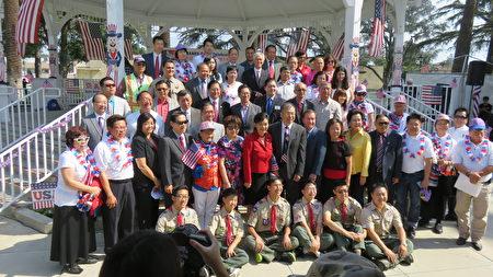 美國華人政治聯盟、亞美權益促進會與洛杉磯30多個社團組織共同舉辦「感恩美國」升旗典禮,並表揚退伍軍人。(袁玫/大紀元)