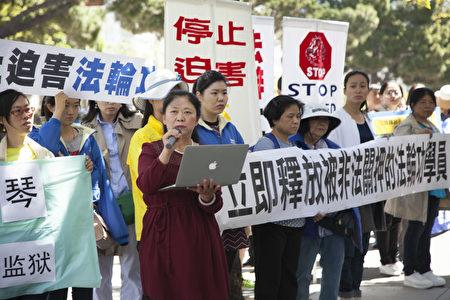 來自山東、現定居舊金山的法輪功學員陳振波在講述她在大陸被酷刑迫害的經歷。(周鳳臨/大紀元)