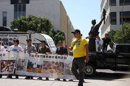 參與「中共國家恐怖主義暴行展」南北行活動不忘紀錄畫面的前《紐約時報》北京分社「中國問題」研究員趙岩。(徐綉惠/大紀元)