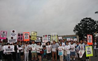6月6日傍晚,天普市市政廳外抗議民眾高舉著各種反對興建遊民公寓的標牌,盼獲得更多市民與市府支持。(徐綉惠/大紀元)