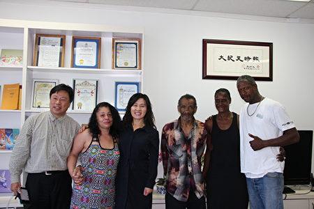 刘风岚律师(左三)、方圆先生(左一)与四位来自北加州的游民接受采访。(徐绣惠/大纪元)
