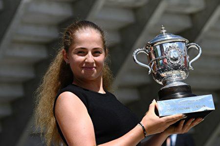 20岁的奥斯塔彭成为法网女单历史上第一个夺冠的非种子球员。 (CHRISTOPHE SIMON/AFP/Getty Images)