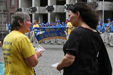 在科隆市政厅前面,法轮功学员在向路人讲述真相。(曹工/大纪元)