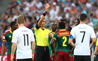 FIFA在世界大賽中首次啟用電子眼,喀麥隆隊的馬布卡(2號)成為首位被主裁在電子眼幫助下罰下的球員。(Alexander Hassenstein/Bongarts/Getty Images)